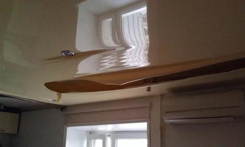 Повреждение натяжного потолка