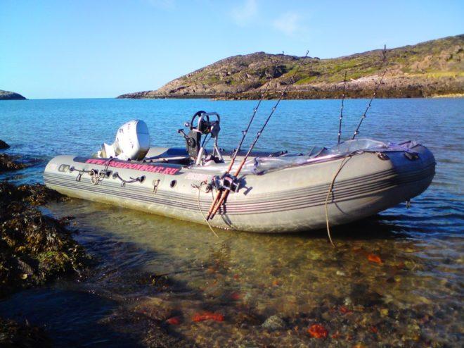 надувная лодка на море